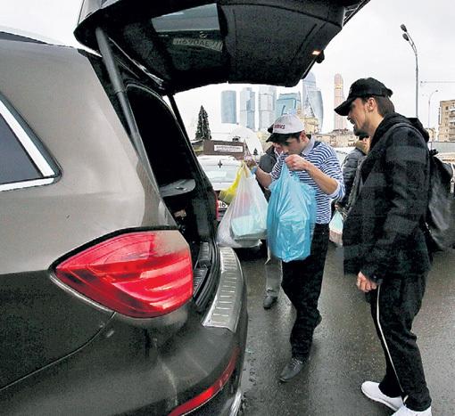Дорогому гостю продукты донести до авто помогли обходительные сотрудники рынка