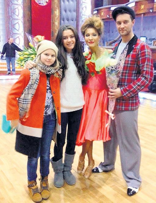 Когда ПОДКАМИНСКАЯ участвовала в «Танцах со звёздами» в паре с Андреем КАРПОВЫМ (они стали победителями сезона), за неё болели дочки ПЛЯЦЕВОГО (в круге) от предыдущего брака - Мария и Соня. Фото: Instagram.com