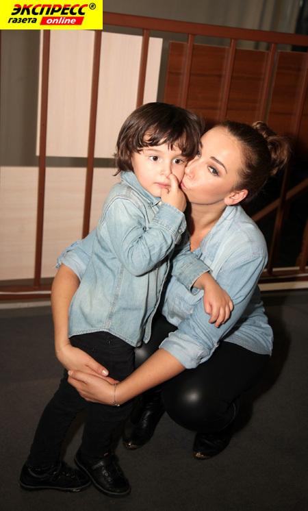 Анфиса ЧЕХОВА с сыном (фото Ларисы КУДРЯВЦЕВОЙ)