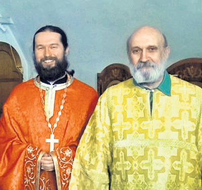 Отец телеведущей Александр Николаевич (справа) прислуживает при алтаре в одном из ярославских храмов. Фото: Vk.com
