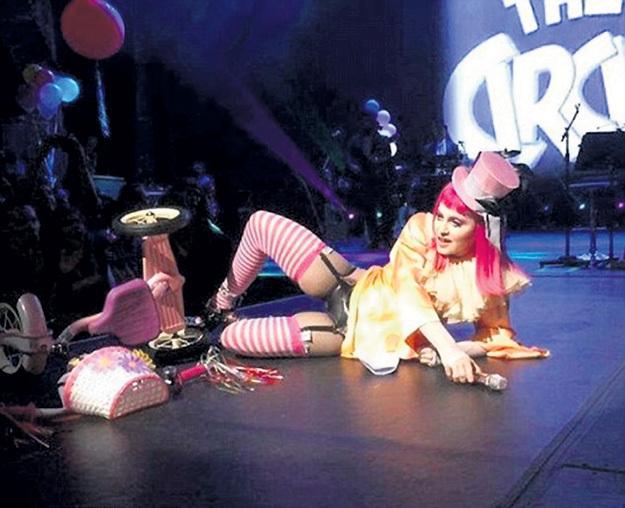 МАДОННА упала на сцене, но клоунессе к такому не привыкать