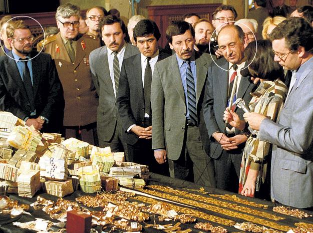 В апреле 1988 года в Прокуратуре СССР Тельман ГДЛЯН (справа) и Николай ИВАНОВ (слева) организовали выставку изъятых ценностей. Тогда всем стало ясно, какими богатствами ворочали стоявшие у руля страны люди. Фото: «ИТАР-ТАСС»