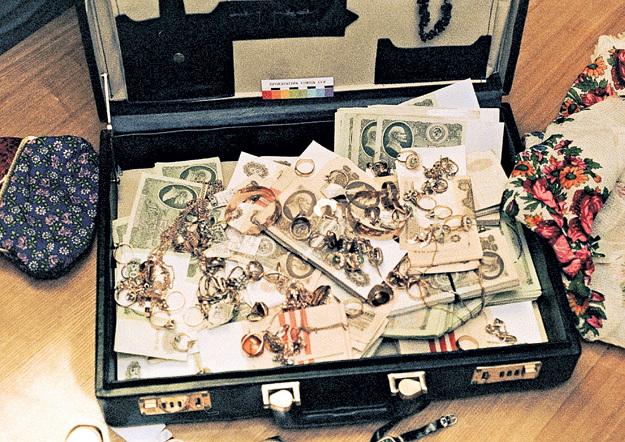Нечистые на руку сановники предпочитали закупать драгоценности партиями, а деньги хранить не в сберкассе, а в дипломатах, молочных бидонах и флягах. Фото: © РИА «Новости»