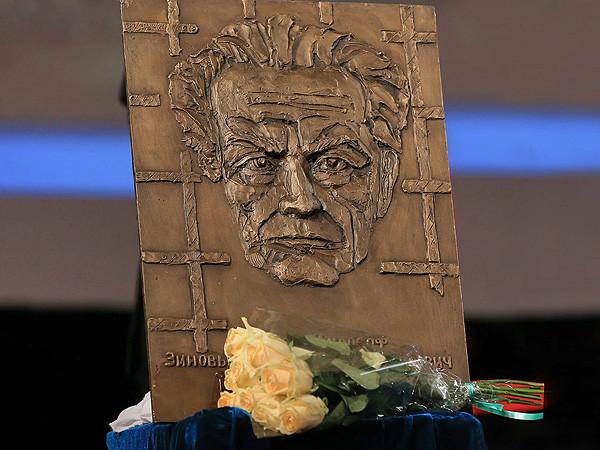 Памятная доска великому русскому философу никак не займет положенное ей место на фасаде жилого крыла МГУ