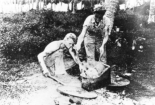 Варка головы японца американскими солдатами для отделения её содержимого от черепа. Затем он промывался каустической содой и полировался. Фото: Wikipedia.org