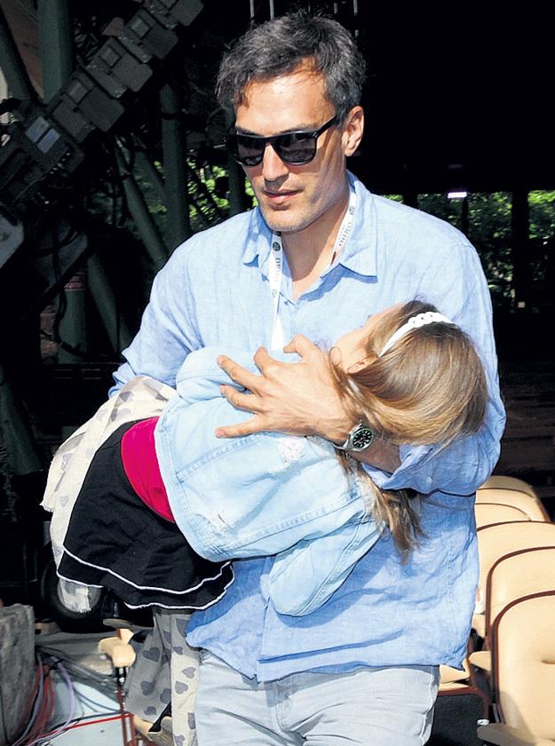 ...дочка Клава задремала. И папа Михаил ЗЕМЦОВ унёс её на руках во дворец к бабе Алле (фото сверху)