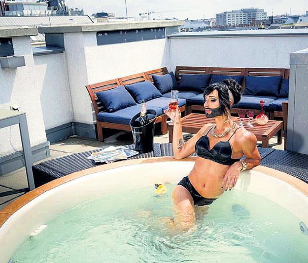 В парижской квартире ВУРСТ огромная терраса с гидромассажной ванной, электрогрилем и уютной лаунж-зоной