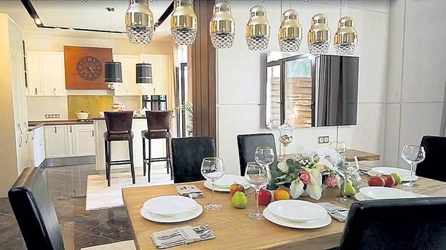 Дизайнеры телепроекта украсили звёздную гостиную уникальной люстрой... Кадр Первого канала