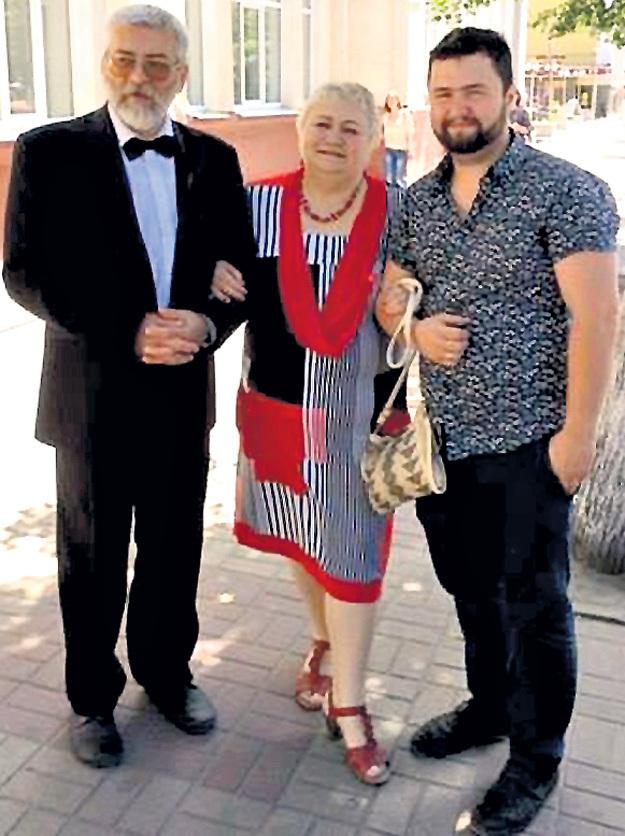 ЕСЬКОВ (справа) с коллегами Антониной ПЕРФИЛЬЕВОЙ и Александром МОСКАЛЕНКО в наши дни