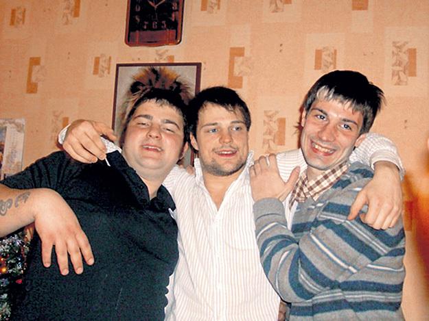 Актёр всегда помогает братьям - младшему Ивану (слева) и старшему Егору (справа). Фото: my.mail.ru