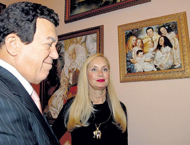 Иосиф и Нелли КОБЗОН посещали все выставки Елены ФЛЁРОВОЙ и любили фотографироваться на фоне своего семейного портрета