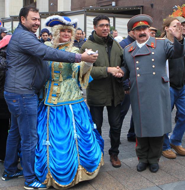 Ряженые Екатерина Вторая и Иосиф Сталин показали участникам акции правильную дорогу