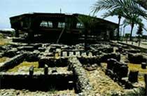 МЕМОРИАЛ В КАПЕРНАУМЕ: похож на НЛО и на дом святого Петра одновременно