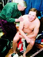 АЛЕКСАНДР МАЛЬЦЕВ в раздевалке после традиционной тренировки.