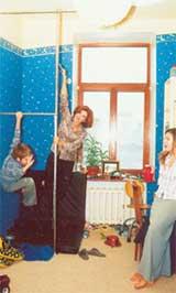 ЗВЕЗДНАЯ КОМНАТА: Антон демонстрирует ловкость перед мамой и сестрой