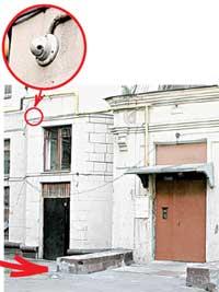 МЕСТО НАПАДЕНИЯ: камера слежения зафиксировала негодяев, но запись таинственно исчезла