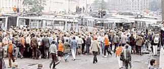 СТОЛИЧНЫЕ УЛИЦЫ: десятки тысяч москвичей вышли на баррикады