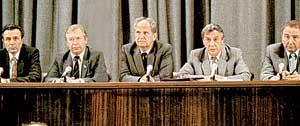 ЧЛЕНЫ ГКЧП: у Геннадия Янаева (второй справа) во время телепресс-конференции тряслись руки