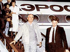 ВОЗВРАЩЕНИЕ В МОСКВУ: с этого ночного спуска по трапу самолета начался закат эры первого президента СССР