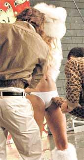 НЕПОКОРНЫЕ КУДРЯШКИ: выбивались из-под белья