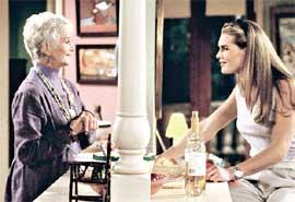 КАДР ИЗ СЕРИАЛА: Сьюзи перенимает опыт у старшей подруги