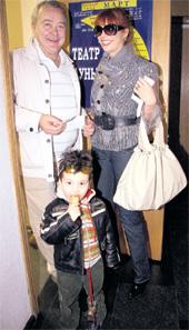 РОДНОЙ ТЕАТР: Настя Стоцкая с племянником Даней всегда рада встрече со своим первым наставником - Сергеем Прохановым