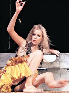 ...актриса по-настоящему раскрылась в роли испанки Селии в новом спектакле «Коррида, или Роман с бессонной ночью»