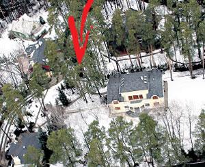 ...примыкает к роскошному особняку Михалковых. Когда в марте над посёлком на вертолёте пролетал наш корреспондент Борис Кудрявов, рояль Рихтера был ещё на месте