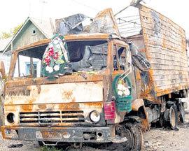 Венок на выгоревшем «Камазе» напоминает о немыслимой трагедии