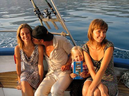 На отдыхе АЛАЛЫКИНА(справа) слишком спокойно относилась к ухаживаниям супруга за своей подругой, а напрасно