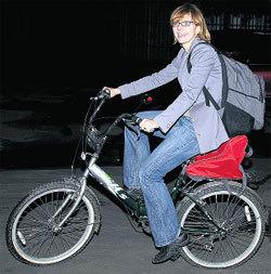 Чтобы добраться до катка, минуя пробки, Фекла пересела с авто на велосипед
