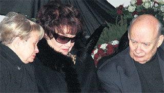 Вдову утешают друзья семьи Александра ПАХМУТОВА и Николай ДОБРОНРАВОВ