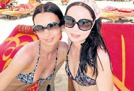 Лиза на отдыхе в Дубаи (слева). С виду и не скажешь, что она - секс-бомба