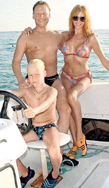 Дмитрий ХАРАТЬЯН привёл на высокооплачиваемую работу в кино жену Марину МАЙКО и сына Ваню (фото: <A href=