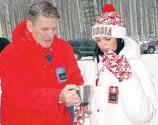 На кинофестивале в Ханты-Мансийске Александр Гаврилович перестал скрывать, что Юлия - его возлюбленная (февраль 2006 г.)
