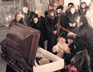 Дочка актёра у гроба отца во время отпевания в храме Пресвятой Богородицы