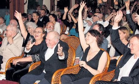 Сообщение, что лауреаты премии «Кумир» получат по $20 тысяч и золотые звезды с бриллиантами, обрадовало многих