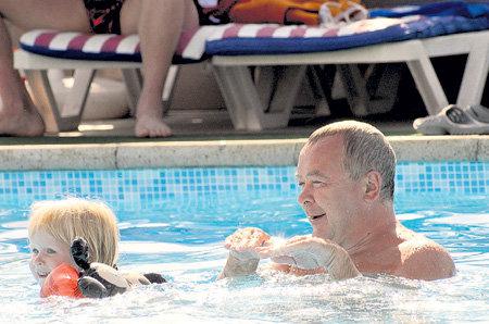 «Усатый нянь» плавал в бассейне вместе с внуком Степой