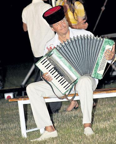 Андрей СОКОЛОВ коротал вечера, играя на аккордеоне песни кубанских казаков