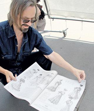 Реквизитор Андрей ШИШОВ демонстрирует журналы мод начала ХХ века, по которым шили платья для сериала