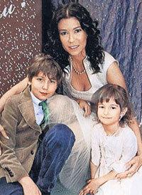 Ольга с детишками (фото с сайта compromat.ru)