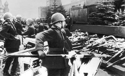Парад Победы на Красной площади 24 июня 1945 года увенчался выбрасыванием к подножию Мавзолея Ленина вражеских знамён
