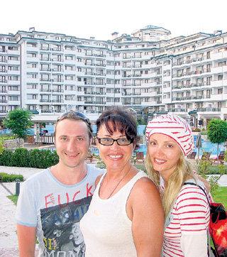 С сыном Данилой и невесткой Таней на фоне болгарских апартаментов