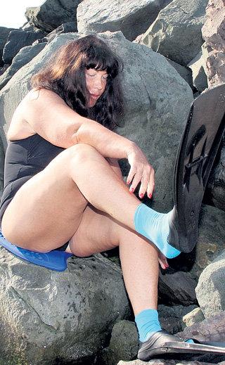 Для скоростного заплыва Надежда Георгиевна лихо нацепила ласты