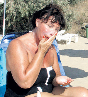 По своему секретному рецепту, чтобы не обгореть, певица смешивала солнцезащитный крем с маской от морщин