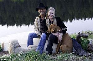 Патрик с женой Лайзой НИМИ и их собаками на ранчо в Нью-Мехико в мае этого года