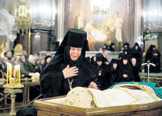 Почему хоронят монахов с закрытым лицом