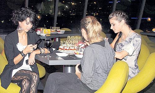 «Папины дочки» Мирослава КАРПОВИЧ, Даша МЕЛЬНИКОВА и Настя СИВАЕВА угощались фруктами, вином и канапе