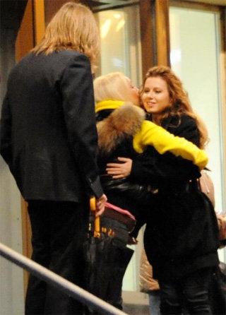 Лера КУДРЯВЦЕВА сердечно расцеловала САВИЧЕВУ в обе щёки (фото paparazzi.ru)