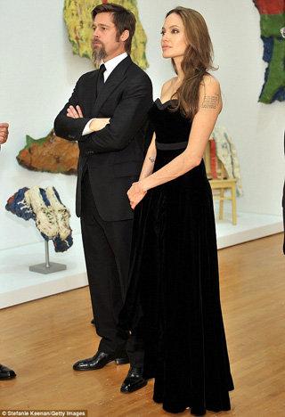 Питт и Джоли наслаждаются живописью. Фото The Daily Mail